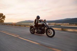 Femme sur moto