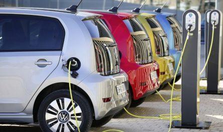 Des voitures électriques entrain d'être rechargés